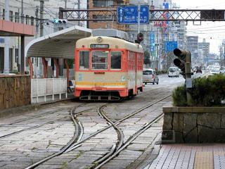 列車が街の通りに駐車されています。の写真・画像素材[1108853]