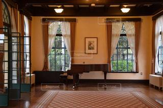 グランドピアノのある部屋の写真・画像素材[1109464]
