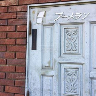 ドアが開いて、建物の前での写真・画像素材[1109098]