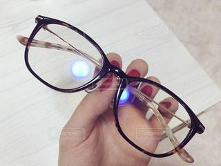 赤ネイルとブルーライト対応めがねの写真・画像素材[1109258]
