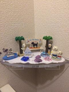 テーブルに座っているぬいぐるみの動物のグループの写真・画像素材[1109554]