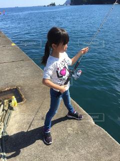初めての海釣りに挑む女の子の写真・画像素材[1109465]