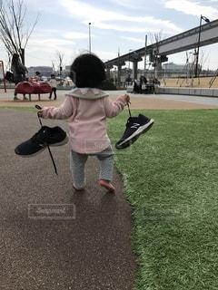 ママの靴を持ってどこいくの?の写真・画像素材[1109807]