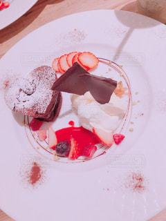 ケーキと皿の上のアイスクリームの写真・画像素材[1110248]