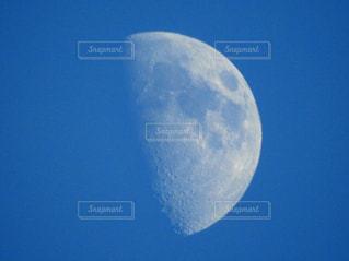 夕方の月の写真・画像素材[1110697]
