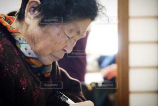 日記をつけるおばあちゃんの写真・画像素材[1118139]