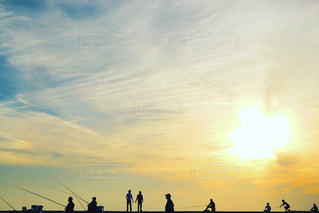 夕焼け越しの釣り人の写真・画像素材[1161382]