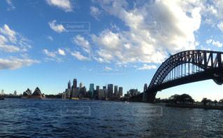 水の体の上の橋の写真・画像素材[1125635]