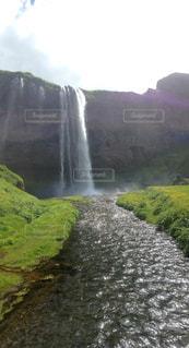 背景の山と滝の写真・画像素材[1125996]