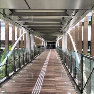 長い木の橋の写真・画像素材[1127451]
