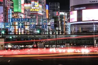 新宿。錯綜するネオンサインとレーザービーム。の写真・画像素材[1111538]