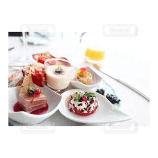 テーブルの上に食べ物のプレートの写真・画像素材[1111482]