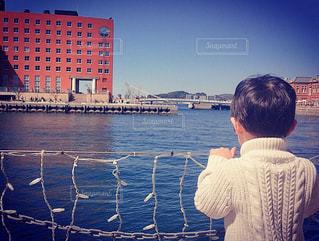 海を眺める子供の写真・画像素材[1111648]