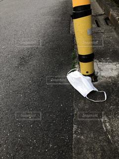 道路の脇に落ちたマスクの写真・画像素材[3011890]