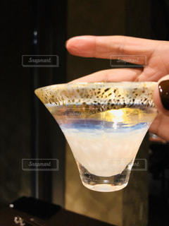 日本酒を持つ手の写真・画像素材[3011961]