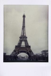 バック グラウンドでエッフェル塔と時計塔の古い写真の写真・画像素材[1111893]
