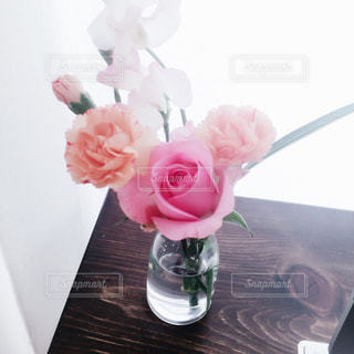 テーブルの上の花瓶の写真・画像素材[1112739]