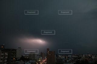 雲の中の稲光りの写真・画像素材[1232994]