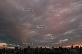 夕焼けを覆った雲の写真・画像素材[1299901]