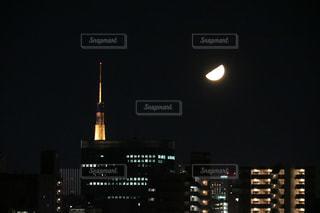 夜景と月の写真・画像素材[1299915]