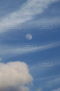 夜勤明けの月の写真・画像素材[1371018]