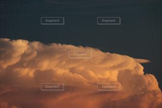 夕日に染まりだす雲の写真・画像素材[1456182]