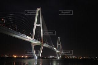 闇に浮かぶ白い橋の写真・画像素材[1579199]
