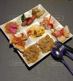 テーブルの上に食べ物のプレート - No.1126547