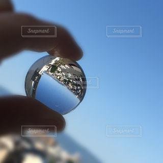 ガラス玉と青空の写真・画像素材[1174377]