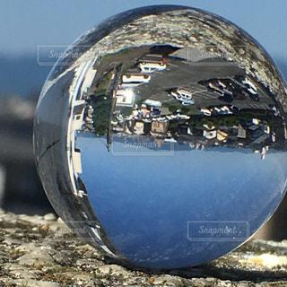 ガラス玉と青空の写真・画像素材[1181725]