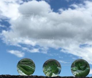 ビー玉と空の写真・画像素材[1352242]