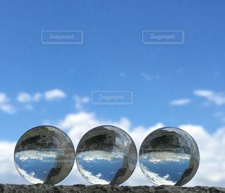 ビー玉と空の写真・画像素材[1352243]