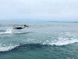 海で飛ぶ男の写真・画像素材[1112832]