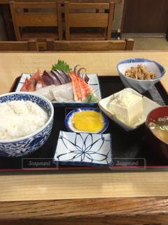 テーブルの上に食べ物のボウルの写真・画像素材[1112676]