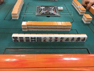 全自動麻雀卓を囲むの写真・画像素材[1113275]