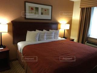 ベッドとホテルの部屋で机付きのベッドルームの写真・画像素材[1121532]