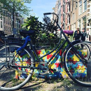 自転車は建物の脇に駐車の写真・画像素材[1113295]
