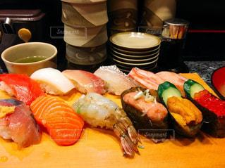 テーブルの上に食べ物のプレートの写真・画像素材[1113555]