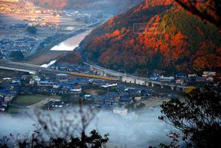 背景の山と都市のビューの写真・画像素材[1114674]
