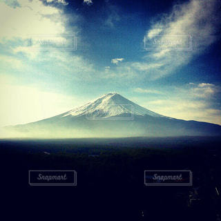 背景には富士山を背景に雲のグループの写真・画像素材[1113858]