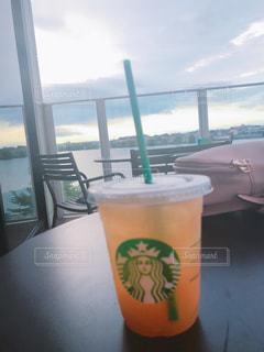ウィンドウの隣に座ってコーヒー カップの写真・画像素材[1115447]