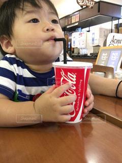 テーブルに座って男の子の写真・画像素材[1113945]