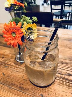 木製テーブルの上のガラスのコップの写真・画像素材[1113946]