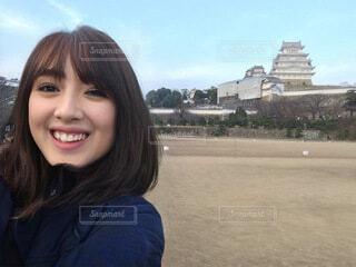 旅先でカメラに向かって微笑む女性の写真・画像素材[4661492]