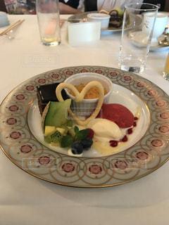 テーブルの上に食べ物のプレート - No.1114496