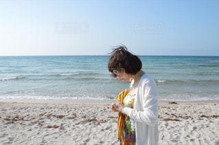 砂浜の上に立っている人の写真・画像素材[1118016]
