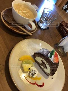食品とコーヒーのカップのプレートの写真・画像素材[1114730]