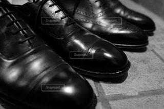 近くに黒の靴のペアのの写真・画像素材[1114755]