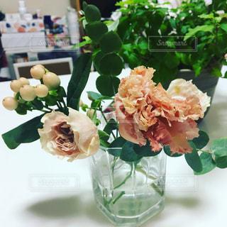 テーブルの上のピンクの花の写真・画像素材[1637703]