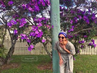 公園で紫色の花を持っている人の写真・画像素材[1117348]
